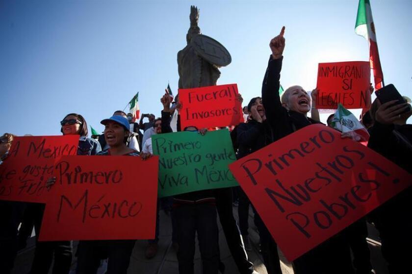 Manifestantes gritan consignas durante una protesta en contra de la presencia de migrantes centroamericanos, que esperan el arribo de otras caravanas para solicitar asilo en Estados Unidos, hoy, domingo 18 de noviembre de 2018, en la ciudad fronteriza de Tijuana (México). EFE