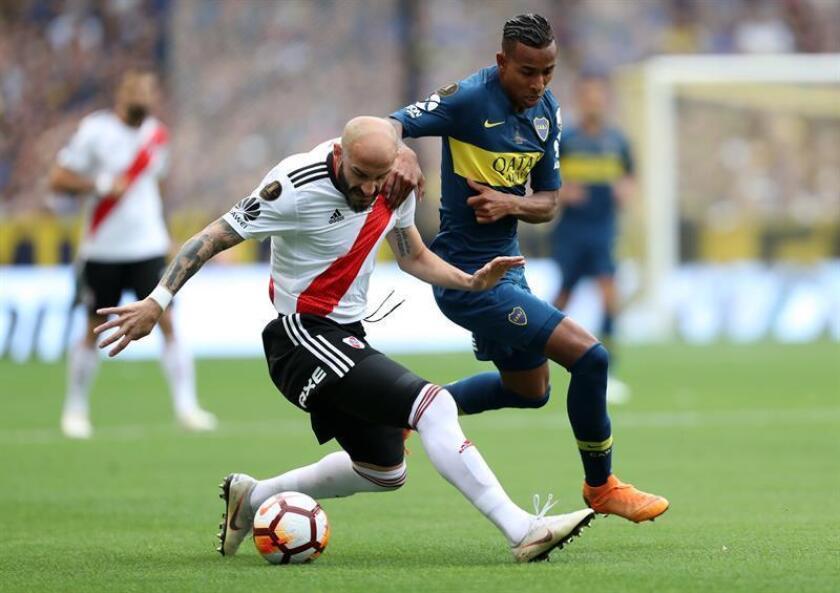 El jugador de River Plate Javier Pinola (i) disputa el balón con Sebastián Villa (i), de Boca Juniors, durante el primer partido de la final de la Copa Libertadores. EFE/Archivo