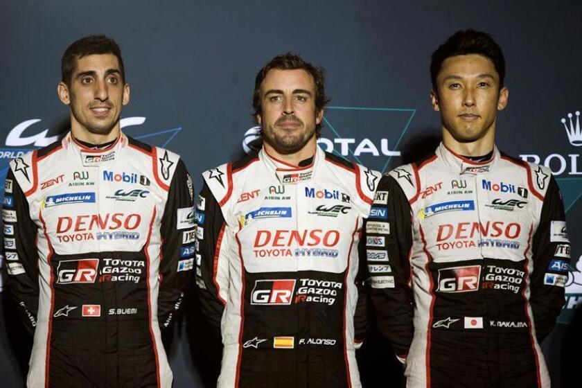 Fotografia facilitada por Toyota Gazoo Racing.- El español Fernando Alonso (c) (Toyota TS050 Hybrid) reforzó su liderato en el Mundial de Resistencia (WEC) al ganar este viernes, junto al suizo Sebastien Buemi (i) y el japonés Kazuki Nakajima (d), las 1.000 Millas de Sebring, la sexta prueba del certamen, que se disputó en el citado circuito de Florida (EEUU). EFE