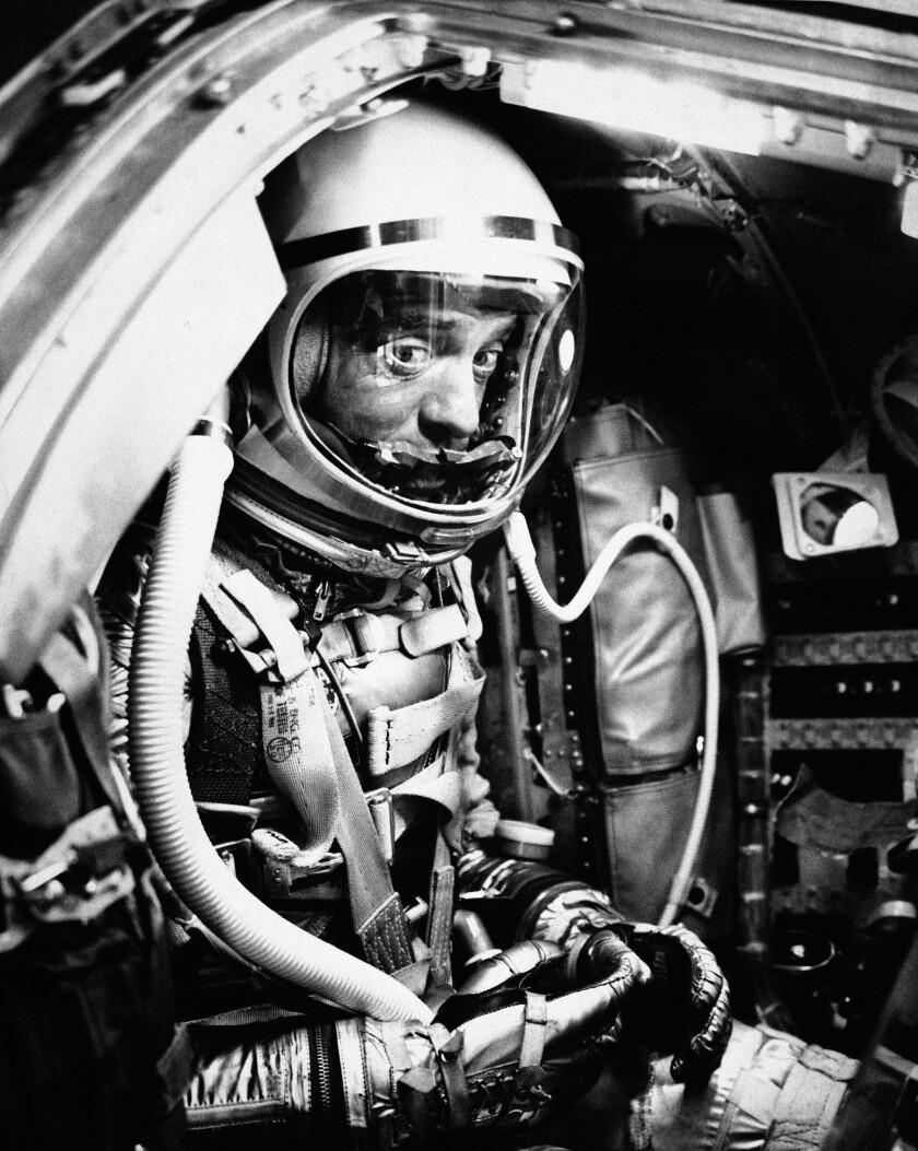 Foto de archivo del 5 de mayo de 1961 muestra al astronauta Alan Shepard en su cápsula en Cabo Cañaveral
