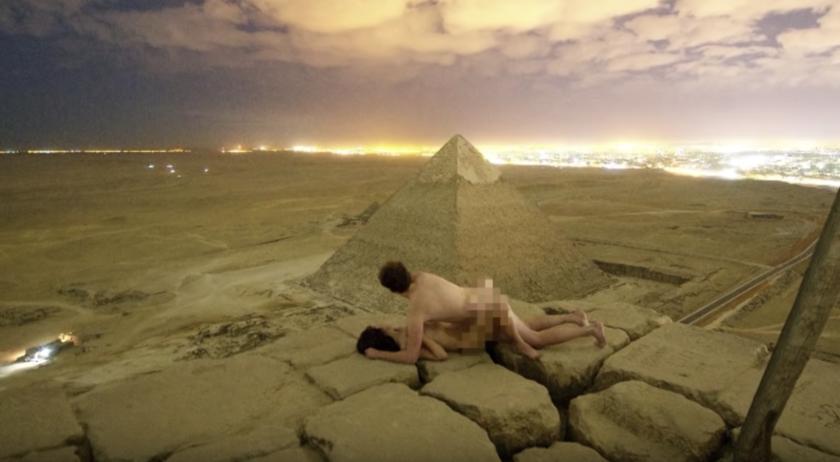 Imagen difundida en redes sociales por la pareja: desnudos en la cima.