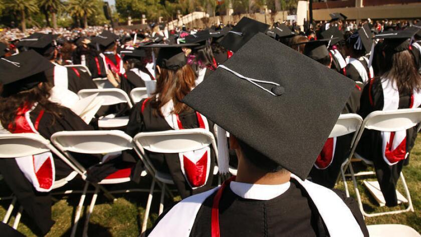 Estudiantes asisten a la ceremonia de graduación en Cal State University Northridge. Nueva información muestra mejoras en los índices de graduación en los planteles de Cal State. (Al Seib / Los Angeles Times)