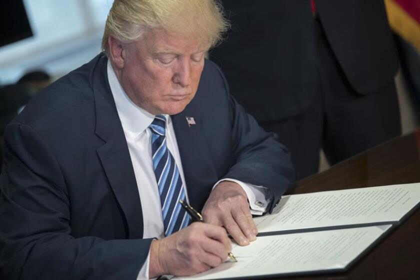 """El presidente, Donald Trump, firmó hoy una orden para avanzar en la terminación de """"catch and release"""" (atrapar y liberar), una práctica que consiste en dejar en liberad a los indocumentados detenidos tras cruzar la frontera. EFE/Archivo"""