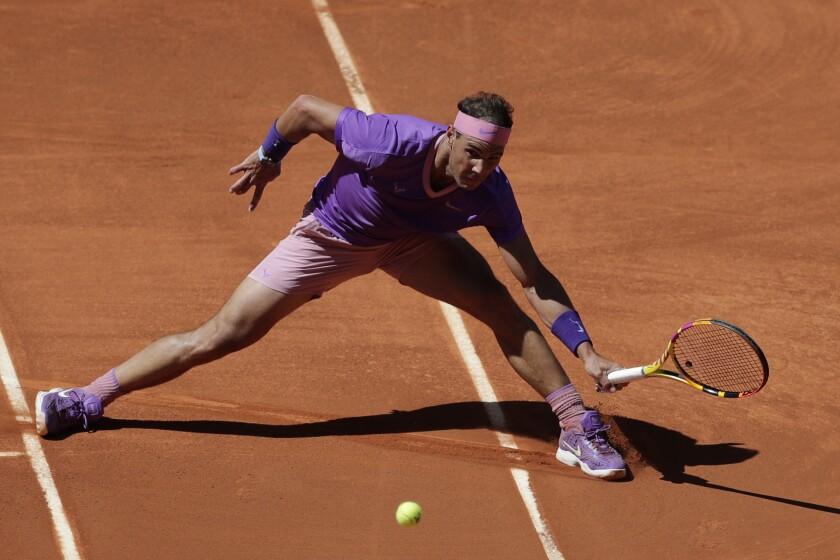 Rafael Nadal devuelve ante Alexei Popyrin.