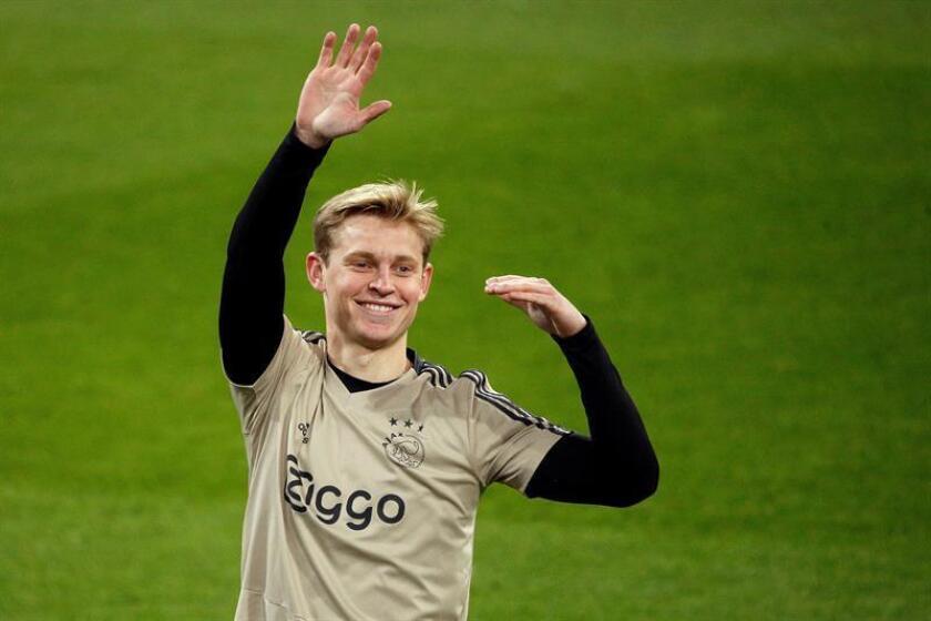 El centrocampista neerlandés del Ajax, De Jong, durante el entrenamiento en el estadio Santiago Bernabéu, para preparar el partido de vuelta de los octavos de final de la Liga de Campeones que disputarán ante el Real Madrid. EFE