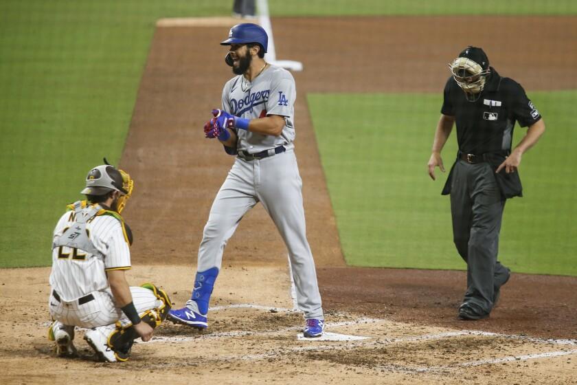 El jugador de los Dodgers de Los Ángeles Edwin Ríos cruza el plato tras pegar un jonrón solitario
