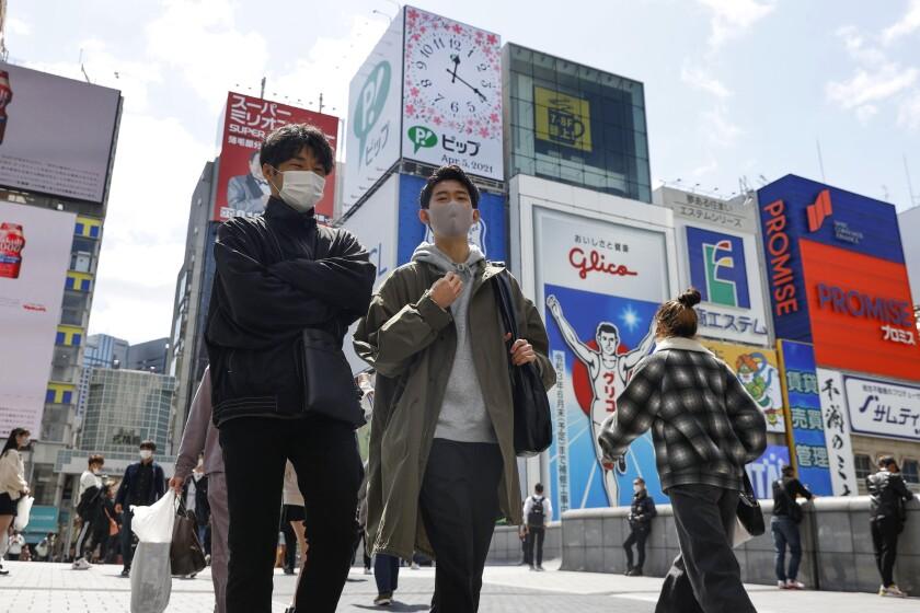 Peatones con mascarillas en la ciudad de japonesa de Osaka, el lunes 5 de abril de 2021.