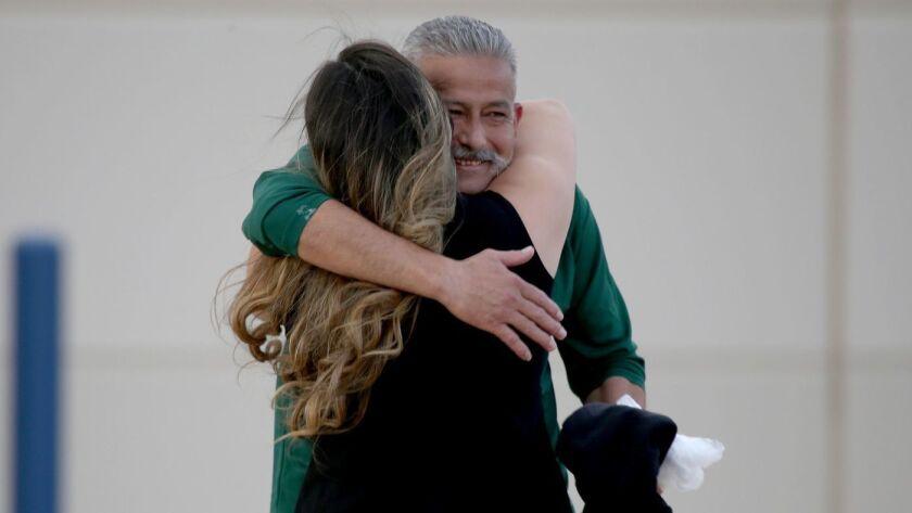 Rómulo Avelica González abraza a su hija el año pasado luego de ser liberado del Centro de Detención de Adelanto. En una entrevista, describió las duras condiciones en esa instalación. (Luis Sinco / Los Angeles Times)