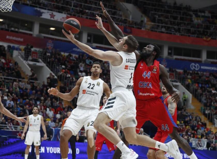 El escolta francés del Real Madrid Fabien Causeur (c) lanza a canasta ante la defensa del pívot estadounidense Othello Hunter (d), del CSKA de Moscú, durante el partido entre ambos equipos correspondiente a la Euroliga de baloncesto, este viernes en Moscú (Rusia). EFE