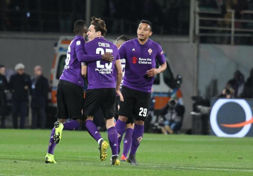 El delantero colombiando del Fiorentina Luis Muriel celebra con sus compañeros su gol al FC Inter en el Artemio Franchi stadium, Florencia. EFE/EPA