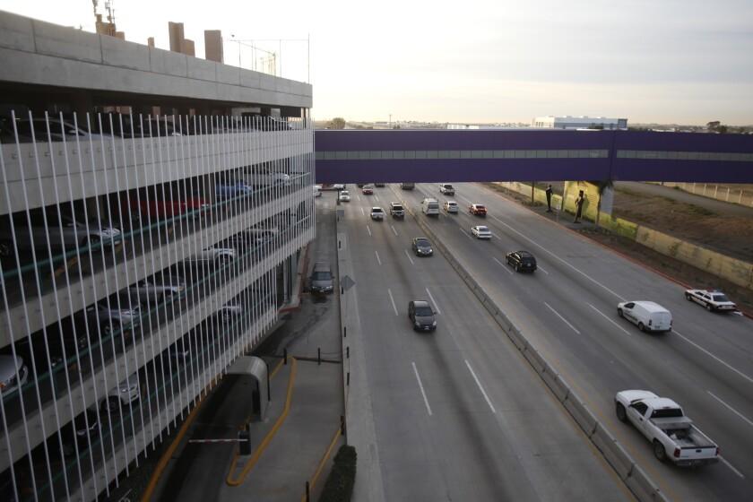 Elpuente Cross Border XPress afuera del aeropuerto de Tijuana.