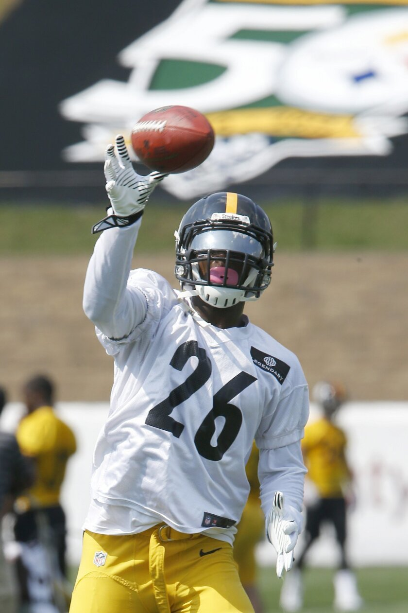 Pittsburgh Steelers running back Le'Veon Bell makes a catch during practice at NFL football training camp in Latrobe, Pa., Monday, July 27, 2015. (AP Photo/Keith Srakocic)