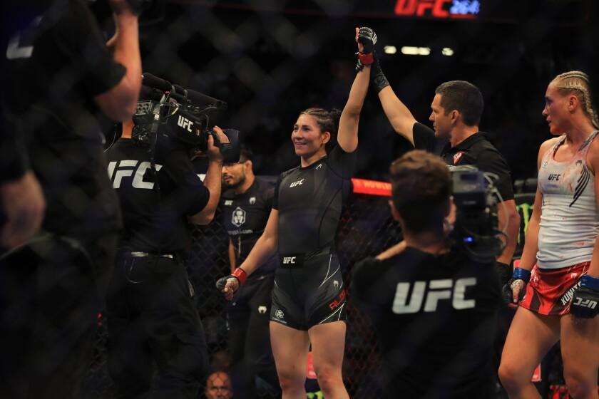 Irene Aldana levanta la mano en señal de victoria tras el importante triunfo el sábado en Las Vegas, Nevada.