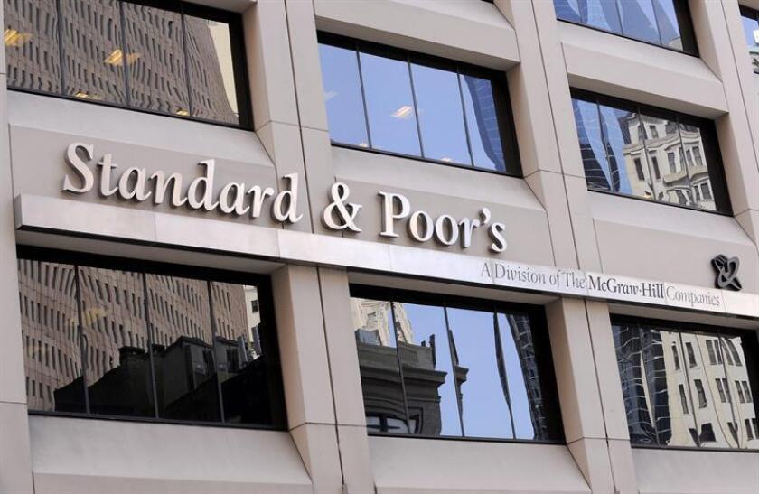 """La calificadora crediticia estadounidense Standard & Poors (S&P) rebajó hoy la deuda soberana de Venezuela en moneda extranjera a """"default"""" después de que incumpliera el abono de los intereses en dos bonos. EFE/ARCHIVO"""