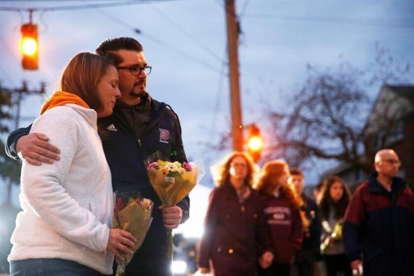 """Una parte de la comunidad judía en Puerto Rico se reunió hoy frente al Capitolio en San Juan para pedir por la """"paz y la tolerancia"""", tras la muerte el pasado sábado de once personas en un tiroteo en la sinagoga """"Congregación del Árbol de la Vida"""" de Pittsburgh (Pensilvania). EFE/ARCHIVO"""