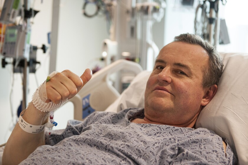 En esta foto del 13 de mayo del 2016 difundida por el Hospital General de Massachusetts, Thomas Manning hace una señal con el pulgar a la pregunta de cómo se ha sentido luego de ser paciente del primer trasplante de pene en Estados Unidos. (Sam Riley/Mass General Hospital via AP)