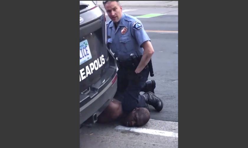 Foto tomada de un video hecho por Darnella Frazier que muestra cuando un policía blanco inmoviliza a George Floyd el pasado lunes en Minneapolis, hasta provocarle la muerte.