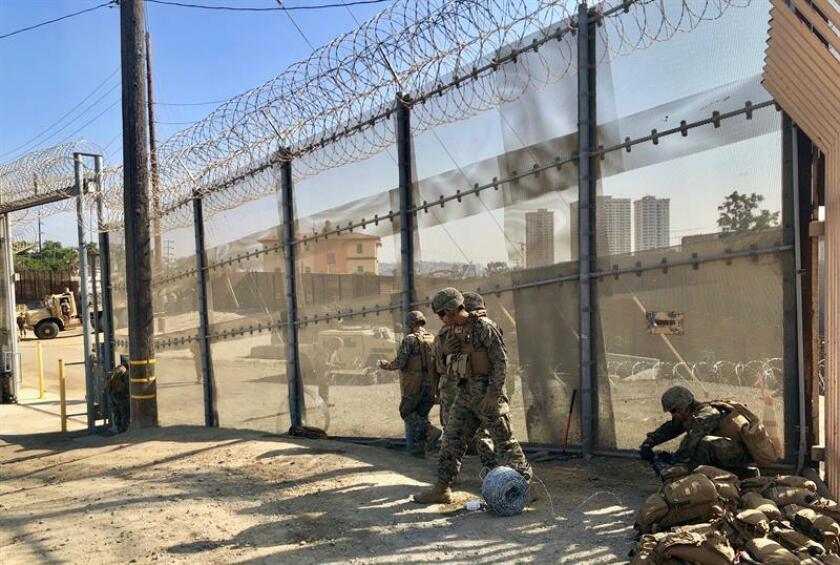 Miembros de la unidad de ingeniería de los Marines de Estados Unidos colocan alambradas en la valla aledaña al cruce peatonal en San Ysidr, el jueves 8 de noviembre de 2018, en San Diego, California (EE.UU.). EFE/Archivo