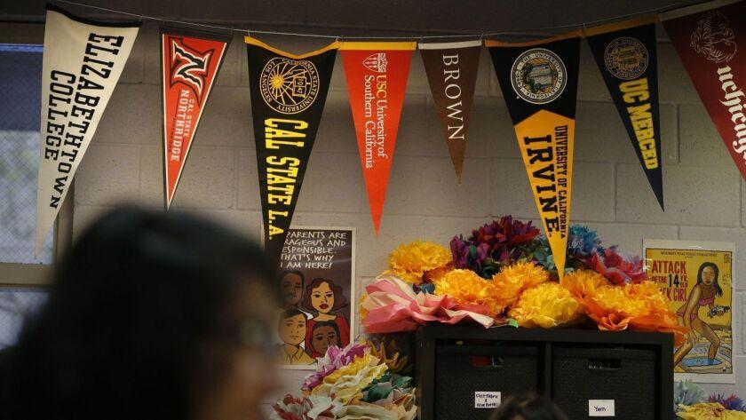 Carteles de diversas universidades cuelgan del techo de un aula en una escuela en Los Ángeles. (Los Angeles Times)