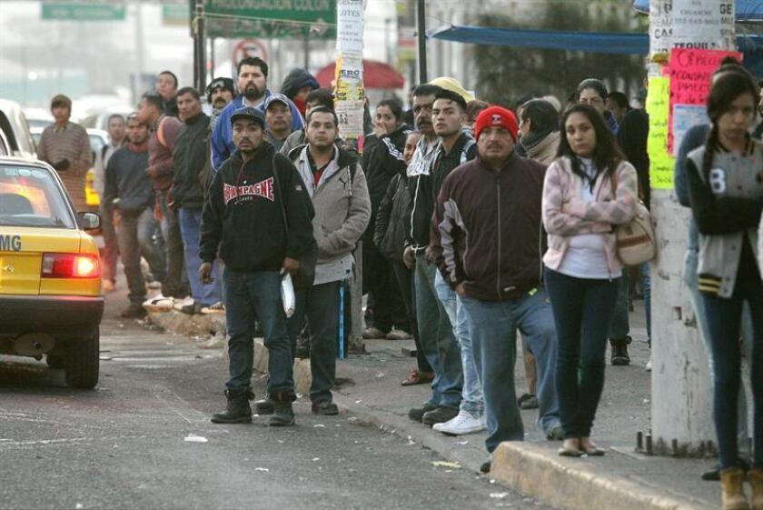 Al menos 15 rutas de transporte público en la zona metropolitana de Guadalajara realizaron hoy un paro de actividades en demanda a un incremento en su tarifa por el alza del precio de los combustibles, una medida que afectó a miles de ciudadanos. EFE