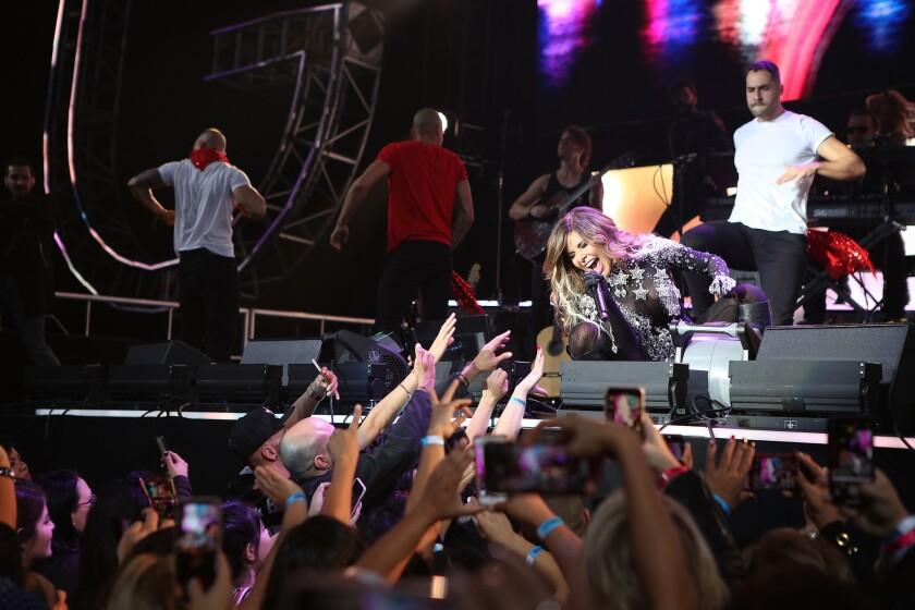 """La cantante mexicana Gloria Trevi durante el evento de K-Love""""'Las Que Mandan"""" en el Forum de Inglewood."""