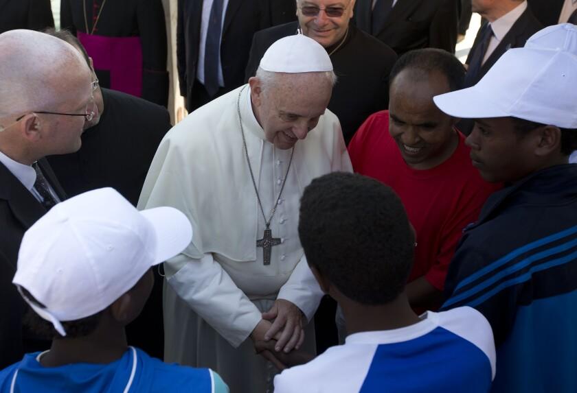 En esta foto de archivo del 8 de julio de 2013, el papa Francisco habla con migrantes en la isla de Lampedusa