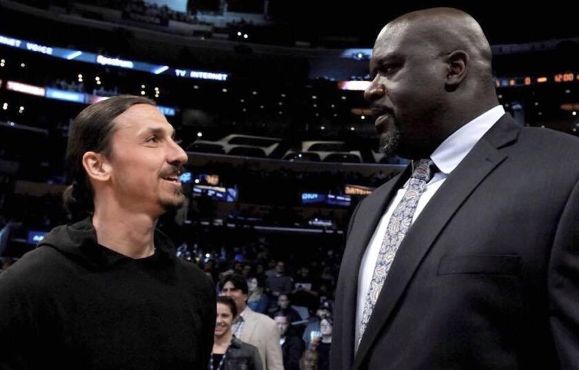 Zlatan charló con el legendario Shaquille O'Neil en el Staples Center, previo al juego entre Los Angeles Lakers y Minnesota Timberwolves.
