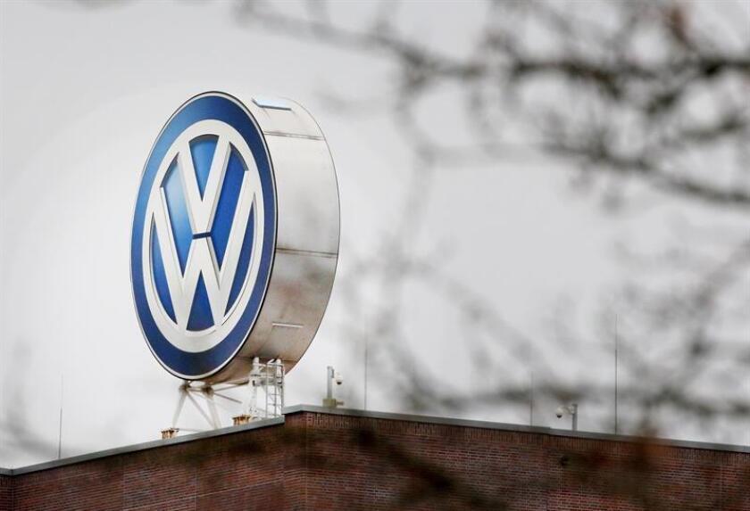 """El sistema utiliza datos anónimos de movimiento, transmitidos por teléfonos móviles o vehículos, """"para calcular las acumulaciones de tráfico y el número de personas implicadas, es decir, los posibles pasajeros"""", explicó VW en un comunicado. EFE/Archivo"""