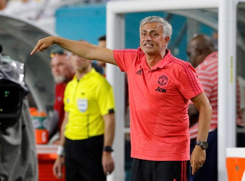 El entrenador del Manchester United, Jose Mourinho, da instrucciones a su equipo, durante el partido de la Copa Internacional de Campeones entre Manchester United de R. Unido y el Real Madrid de España, en las instalaciones del Estadio Hard Rock, en la ciudad de Miami Garden, Florida (Estados Unidos). EFE