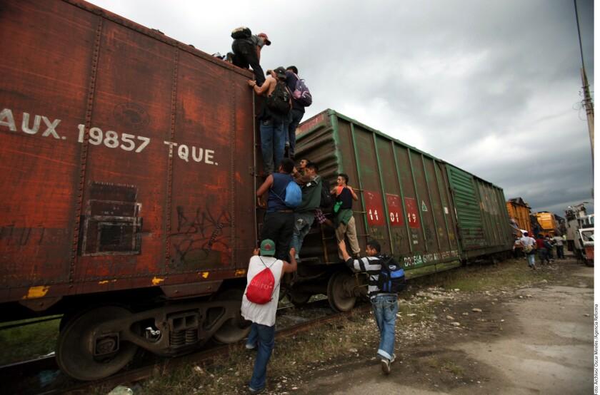 Aunque se supone que se tiene bien resguardado el tren 'La Bestia', en esta foto tomada por la Agencia Reforma en diciembre se puede apreciar el continuo flujo de inmigrantes que siguen utilizando el tren para tratar de llegar a Estados Unidos.