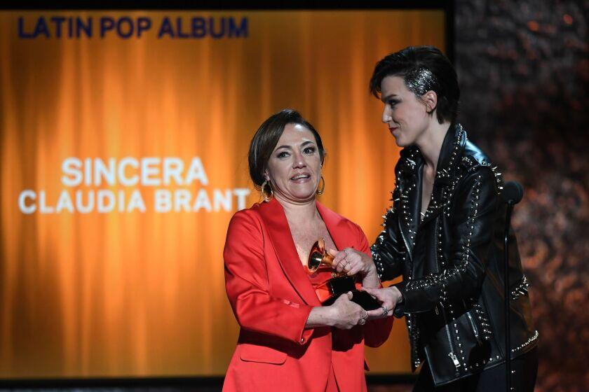 """Claudia Brant recibe el Grammy por su disco """"Sincera"""" durante la 'premiere' del evento."""