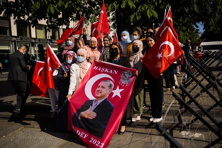 Simpatizantes del presidente turco Recep Tayyip Erdogan esperan su llegada a una cumbre de la OTAN