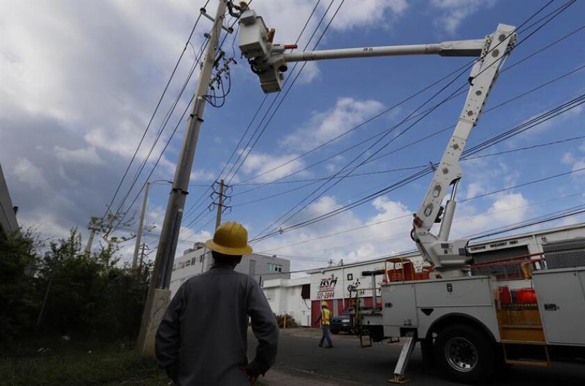 El secretario de Asuntos Públicos y Política Pública, Ramón Rosario Cortés, informó hoy que la generación de energía en Puerto Rico alcanzó a 41,03 % por los trabajos de reparación del servicio eléctrico en la isla tras el paso del huracán María. EFE/ARCHIVO