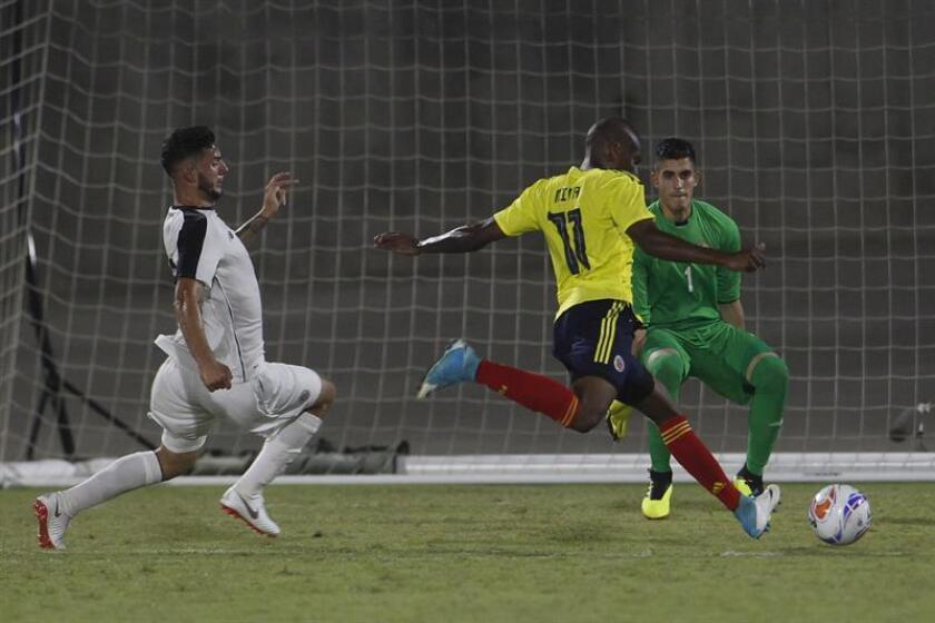 Christian Mina (c), de Colombia, fue registrado este viernes al disputar un balón con Diego Mesen (i) y Diego Rivas (d), de Costa Rica, durante un partido de los XXIII Juegos Centroamericanos y del Caribe, en Barranquilla (Colombia). Colombia se impuso 1-0. EFE