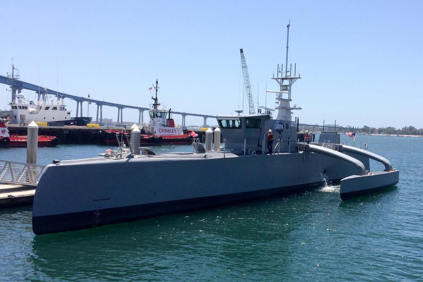 Una embarcación militar autónoma de 132 pies en una terminal marítima en San Diego. (AP Photo/Julie Watson)