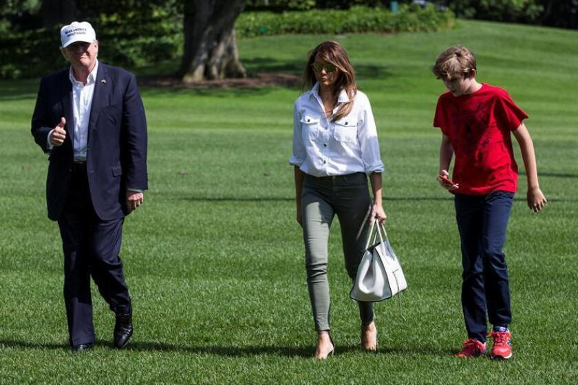 El presidente de los Estados Unidos, Donald Trump (i); la primera dama, Melania Trump (c) y su hijo, Barron Trump (d). EFE/POOL/ARCHIVO