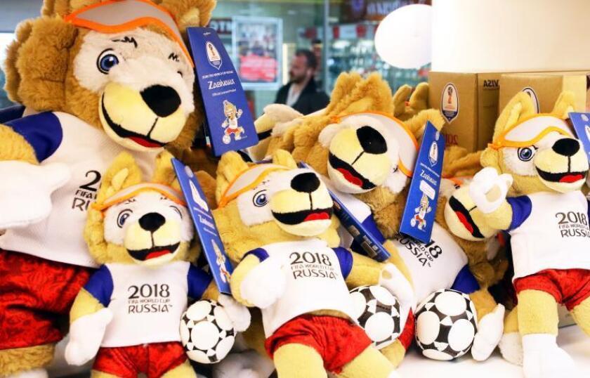 Un puesto vende varios peluches de Zabivaka, la mascota del Mundial de Fútbol Rusia 2018, en el aeropuerto Sheremetyevo en Moscú (Rusia). EFE/Archivo