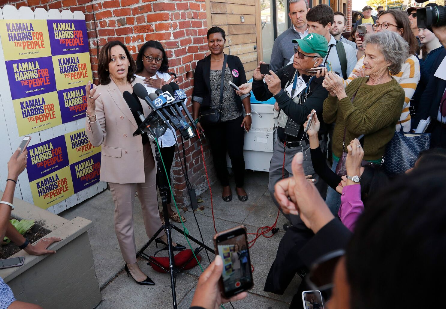 California Presidential Candidate Kamala Harris Is Struggling In Her Home State Los Angeles Times