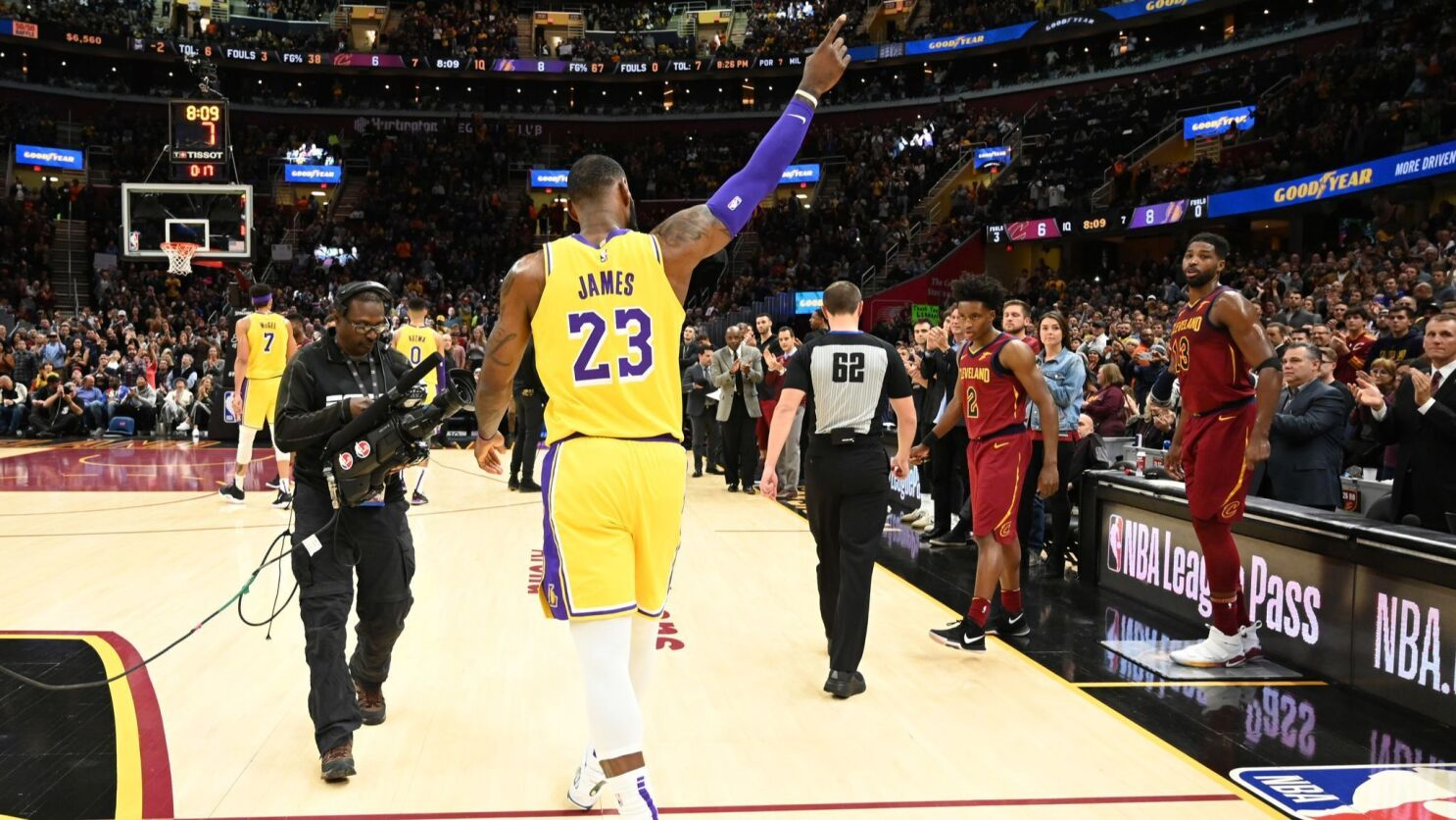 quality design e24c9 10b19 LeBron James returns to Cleveland and leads Lakers to ...