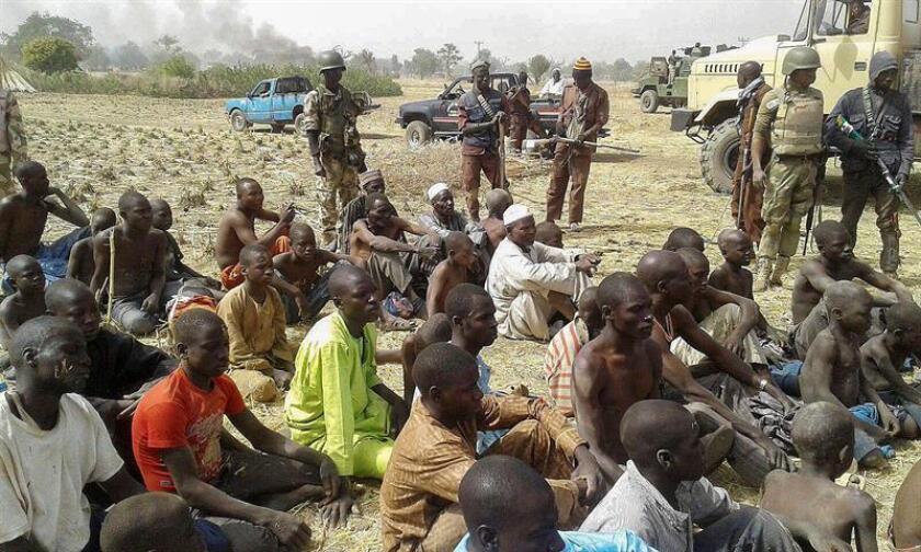Soldados nigerianos cuidan a jóvenes que se presume estaban secuestrados por el grupo Boko Haram. EFE/Archivo