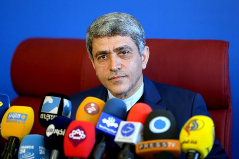 El ministro de economía de Irán, Ali Tayebnia, habla en una conferencia de prensa en Teherán, Iran. (Foto AP/Ebrahim Noroozi)