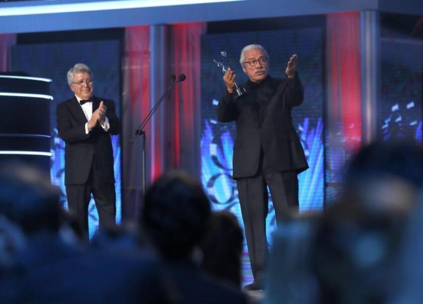 El actor y director estadounidense Edward James Olmos (d) recibe el premio Platino de Honor del Cine Iberoamericano de manos del productor español Enrique Cerezo, durante la ceremonia de entrega de los IV Premios Platino del Cine Iberoamericano celebrada el 22 de julio en la Caja Mágica, en Madrid. EFE/Chema Moya/Archivo
