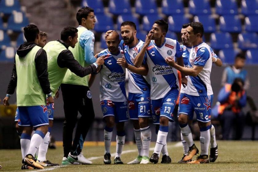 Jugadores de Puebla festejan una anotación ante el Club Tijuana el viernes 11 de agosto de 2017, durante un partido correspondiente a la jornada 4 de la liga de fútbol mexicana, en el estadio Cuauhtémoc, en Puebla (México). EFE/Archivo