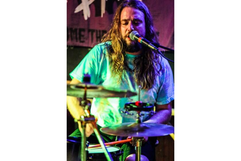 Kevin Clark toca la batería durante una presentación de Jess Bess & The Intentions