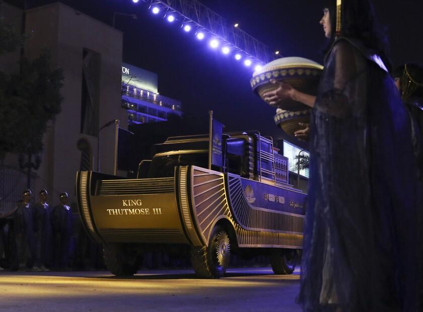 Un convoy de vehículos que transportan momias reales se ve en El Cairo, Egipto, el sábado 3 de abril de 2021.