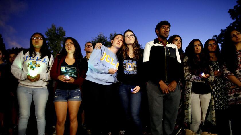 En la foto aparecen estudiantes de UCLA realizando una vigilia para recordar al profesor William Klug, quien fue víctima de balas por un ex estudiante.