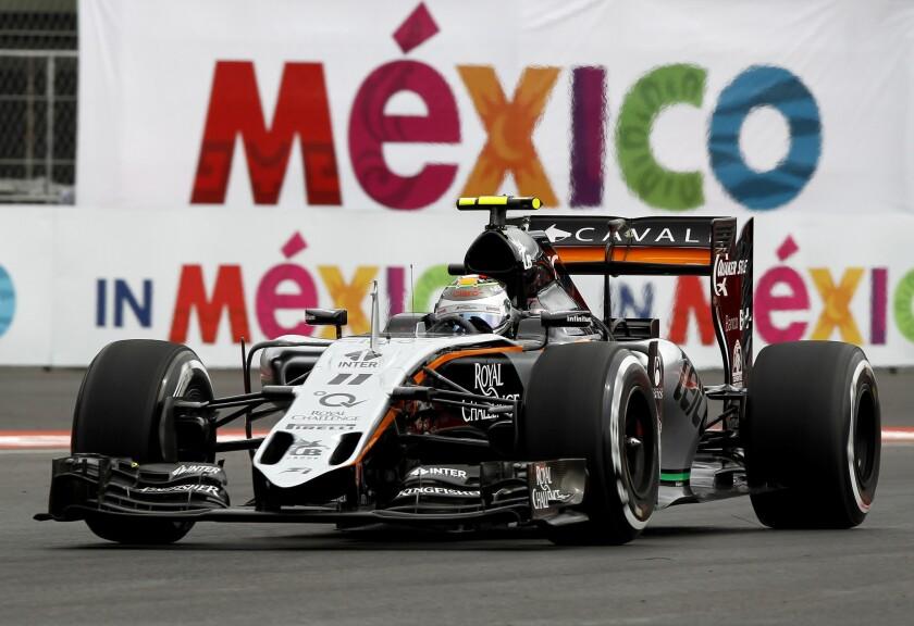 Sergio Pérez (MEX/Force India) conduce su auto en la clasificación para el Gran Premio de México 2015, en el Autódromo Hermanos Rodríguez.