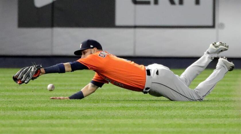 El jardinero izquierdo de los Astros de Houston Marwin González intenta atrapar una pelota. EFE/Archivo
