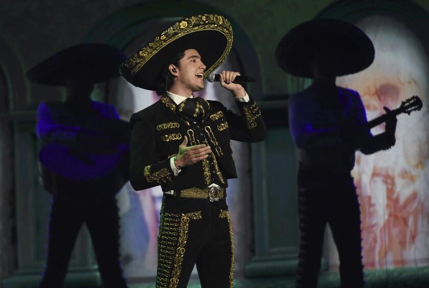 Alex Fernández en la 20a entrega de los Latin Grammy el 14 de noviembre de 2019