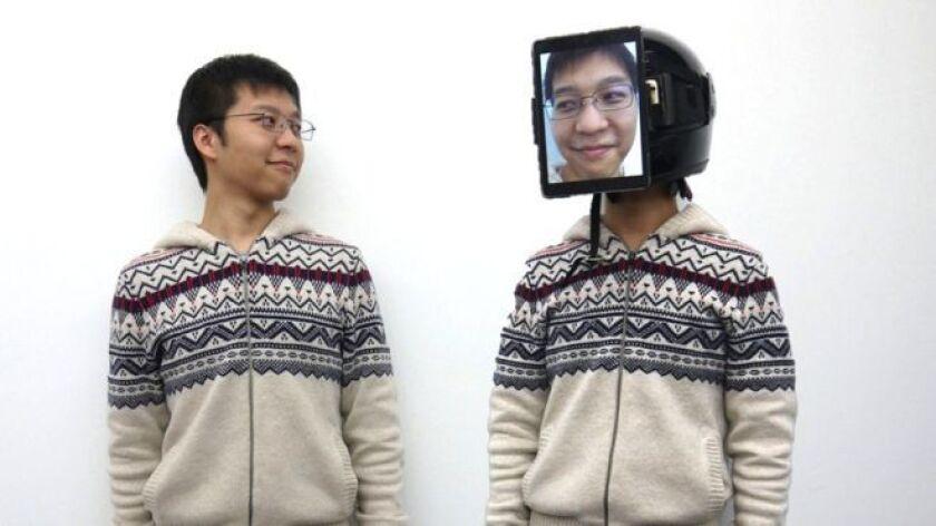 """Se trata de una nueva tecnología conocida como """"Human Uber"""" (Uber humano) que permite que una persona pueda """"reemplazar"""" a otra en eventos y otras situaciones sociales colocándose una pantalla en la cara y un dispositivo que proyecte su voz en tiempo real."""